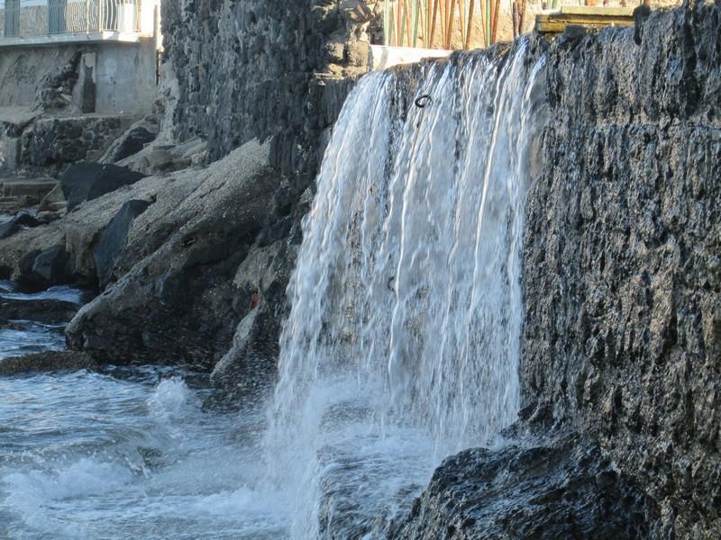 E la cascata ininterrotta del muro rotto diventò una doccia d